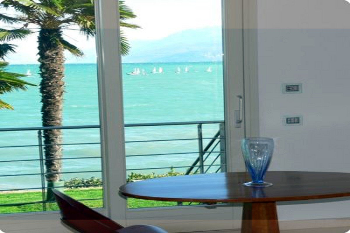Desenzano villa fronte lago con spiaggia privata