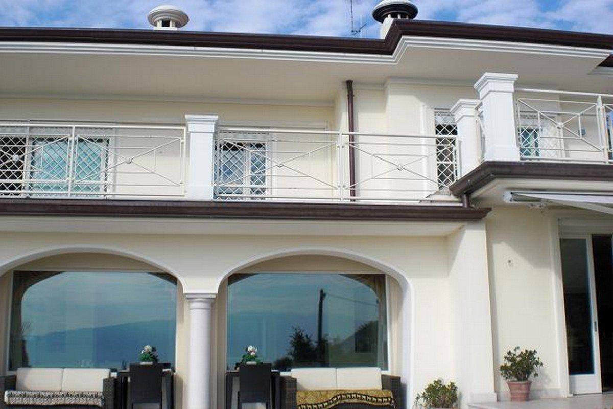 Villa Salò vendita vista Lago di Garda con piscina infinity