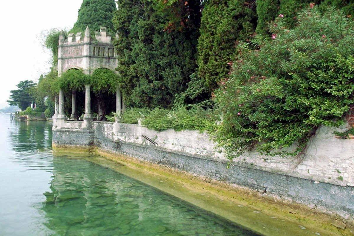 Storica villa Gardone vendita fronte lago