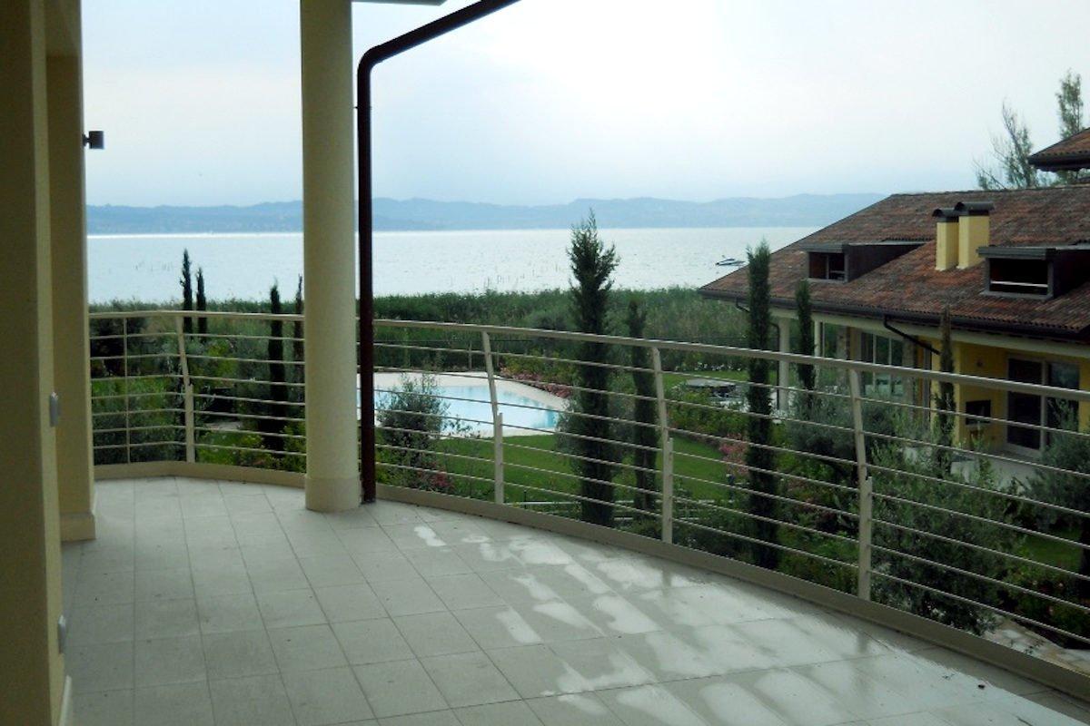 Attico vista lago Sirmione Lago di Garda fronte lago