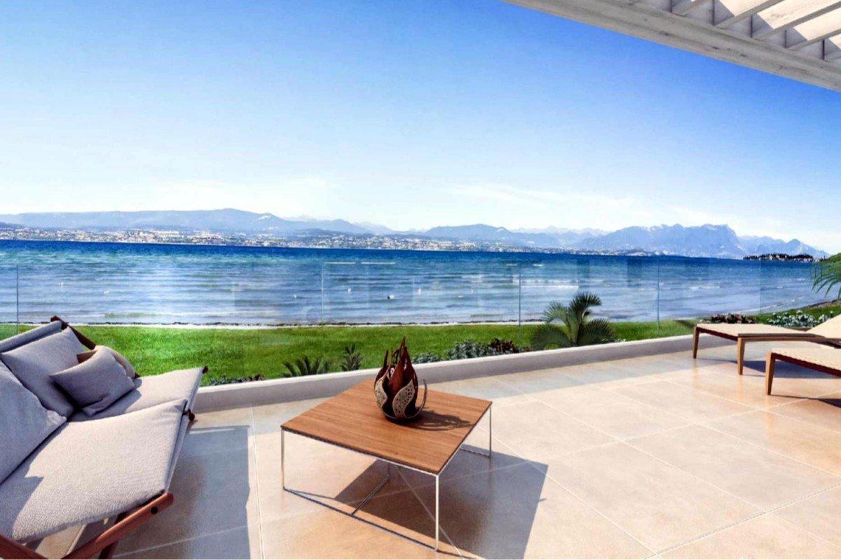 Villa Sirmione fronte lago sulla spiaggia con piscina infinity